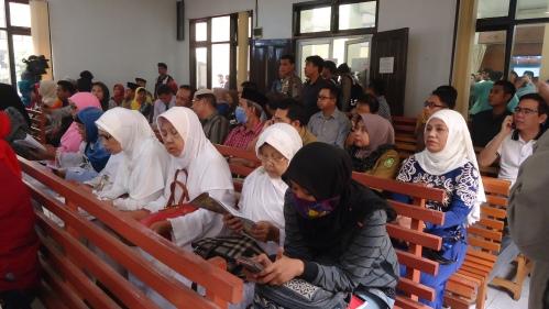 Ibu-ibu paruh baya bacakan ayat al quran sebelum sidang dimulai. Foto Made Ali